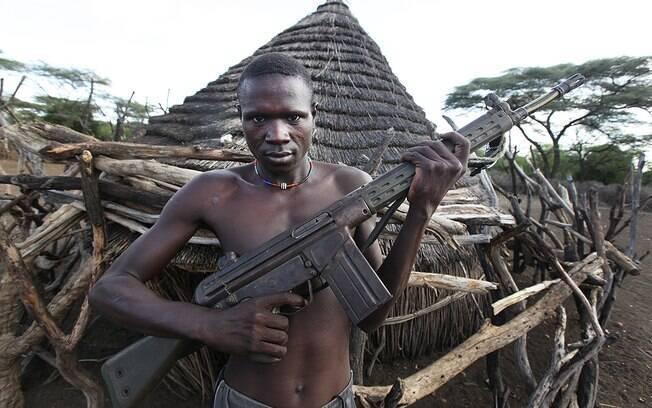 Militante armado em vila do Sudão do Sul; país vive guerra civil desde 2014