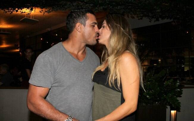 Vitor Belfort recebe o carinho da mulher