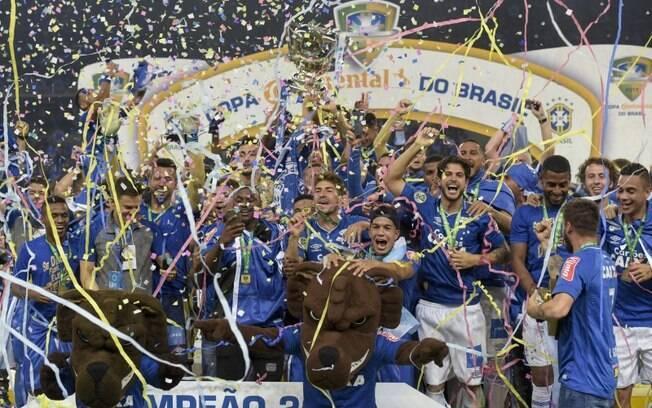 Jogadores do Cruzeiro e os mascotes levantam a taça de campeão da Copa do Brasil 2017