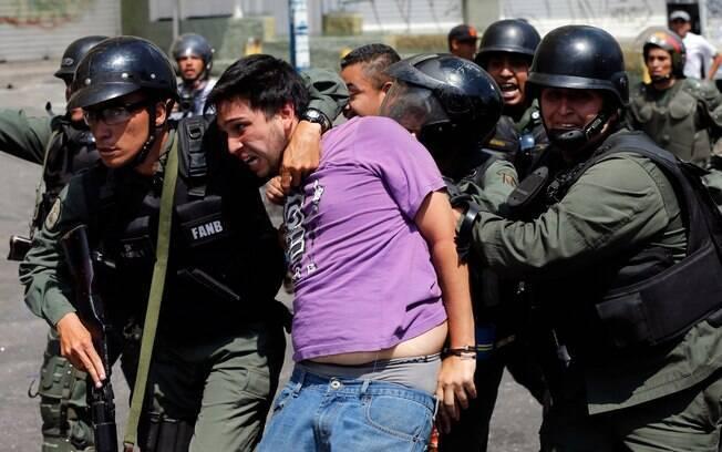 Soldados invadem reduto de manifestantes na Venezuela