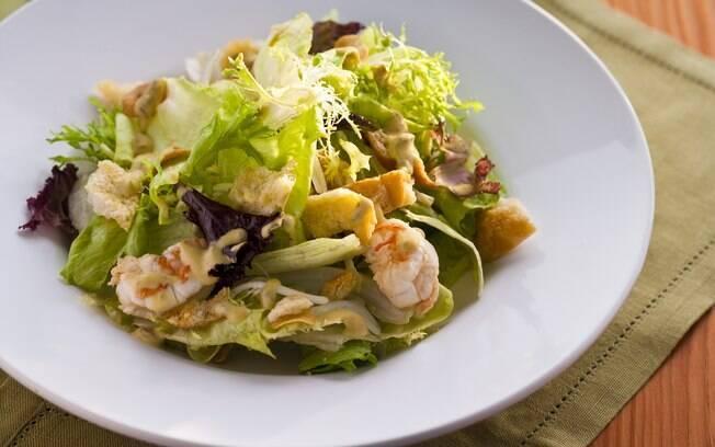 Foto da receita Folhas verdes com molho de mostarda e camarão pronta.