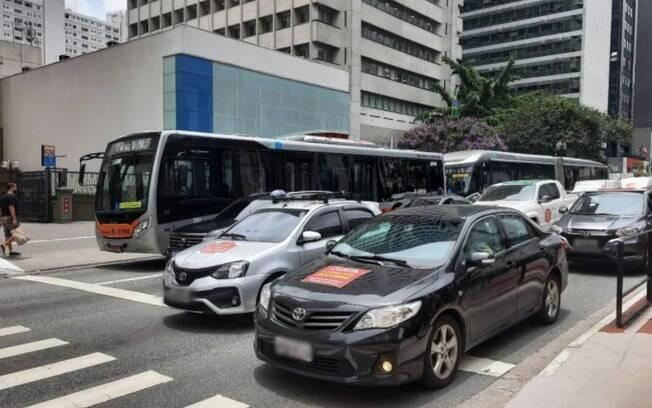 carros com placas coladas na frente