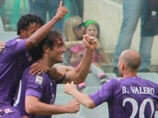 Luca Toni comemora gol que permite a Fiorentina continue sonhando com a Champions