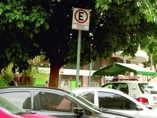 Na praça Afonso Arinos, no centro, carros ocupam vagas de viatura
