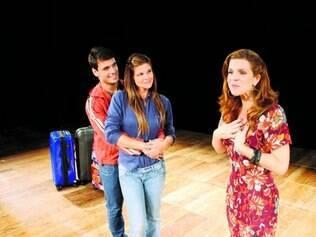 Relacionamento. Os atores Felipe Cunha e Cristiana Oliveira (abraçados) abusam do humor para refletir sobre amizade com Luisa Thiré