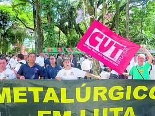 Luta. Trabalhadores fizeram ontem de manhã protesto na porta da Mercedes-Benz, em Juiz de Fora