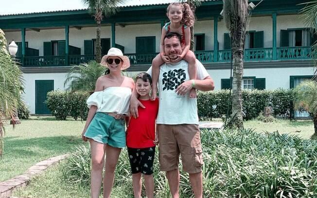Marina com o marido e os filhos. Família decidiu que era o momento de viajar pelo bem-estar das crianças