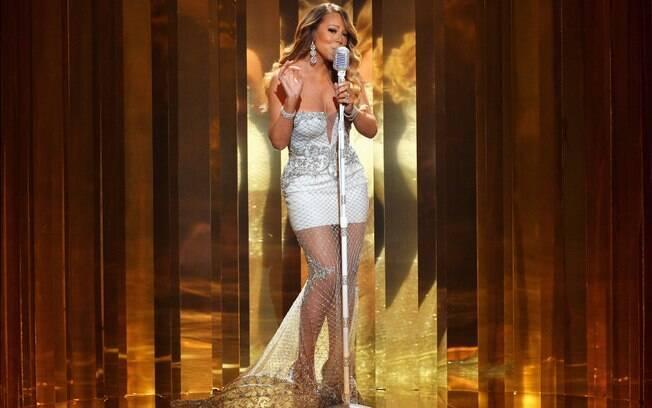 Mariah Carey sensualiza em premiação com vestido justo e bem decotado