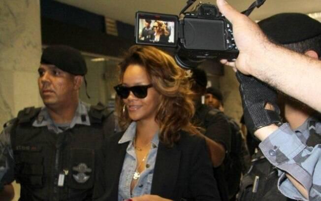 Rihanna embarca no aeroporto Santor Dumont