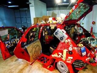 """Obras. Trabalho """"Concept Car"""", do suíço Thomas Hirschhorn,"""