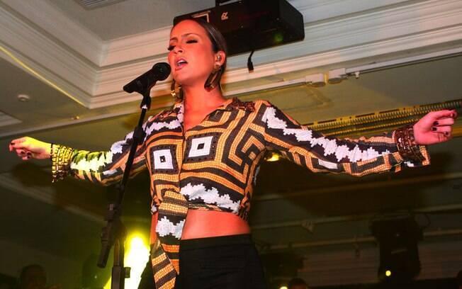 Claudia Leitte deixou a barriguinha de grávida de fora durante pocket show em festa de Ana Hickmann