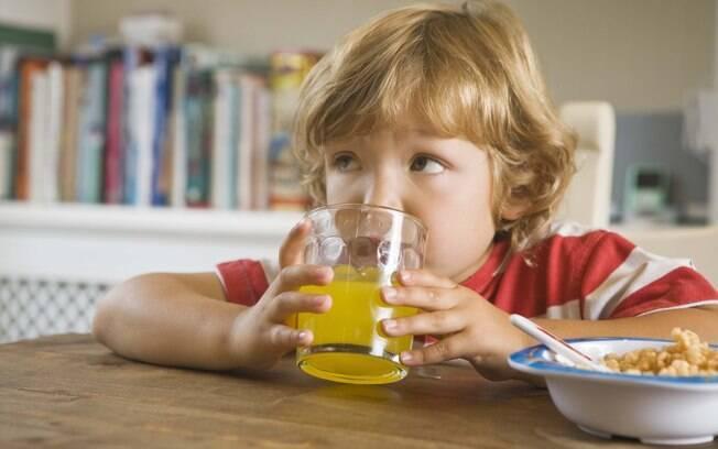 Quando for comprar uma bebida para seu filho, leia o rótulo para saber o que ele vai ingerir
