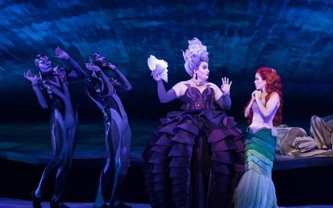 Andrezza Massei aparece com um dos figurinos mais expressivos do espetáculo e atriz mostra todo seu talento como vilã