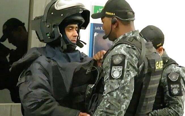 Explosivista recebe suas instruções finais antes de entrar no auditório para instalar o equipamento de raio-x que irá ajudar a analisar a bomba