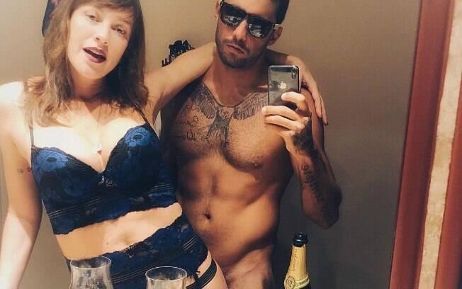 Pedro Scooby posou completamente nu ao lado de Luana Piovani - que usava lingerie - em foto que gerou críticas