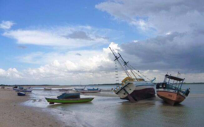 Os barcso dos pescadores fincados na areia com a maré baixa em São Miguel do Gostoso
