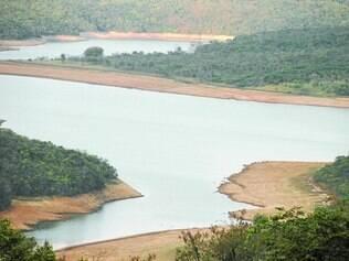 Rio Manso.  Segundo moradores, nesse reservatório, o nível de água também já baixou cerca de 8 metros