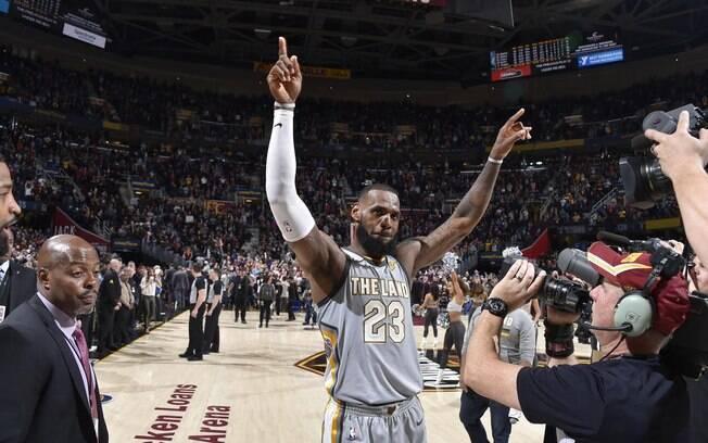 LeBron James segue como o jogador mais bem pago da NBA