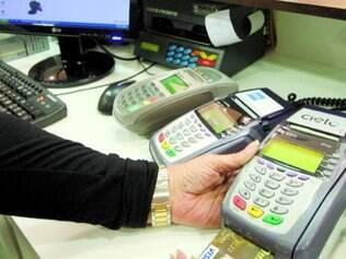 Lei.  Lojista vai  cobrar  preços distintos no cartão e em dinheiro