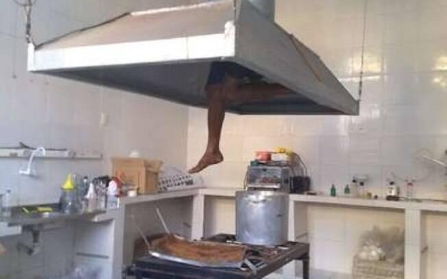Corpo de Bombeiros encontrou o bandido preso no exaustor da cozinha após tentativa de assalto