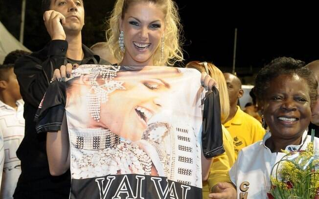 Madrinha da Vai-Vai, Ana Hickmann recebeu da diretoria uma camiseta personalizada
