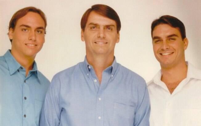 Candidato do PSL Jair Bolsonaro entre seus filhos Carlos (esq.) e Flávio (dir)