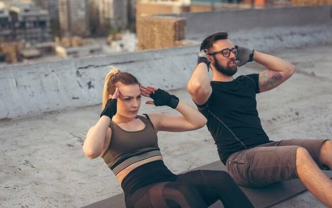 Na busca por um abdômen definido, muitas pessoas podem fazer exercícios sem o acompanhamento de um especialista, mas isso aumenta o risco de problemas como hérnia discal, dores agudas na região das costas e câimbrasabdominais