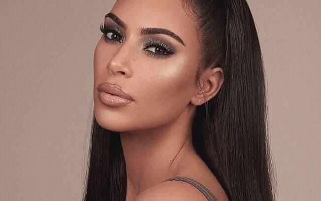 Kim Kardashian respondeu à publicação de um jornal britânico que a acusou se estar com a pele ruim e disse: