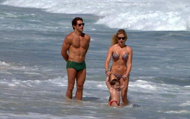O casal brincou no mar da praia do Leblon com um menininho
