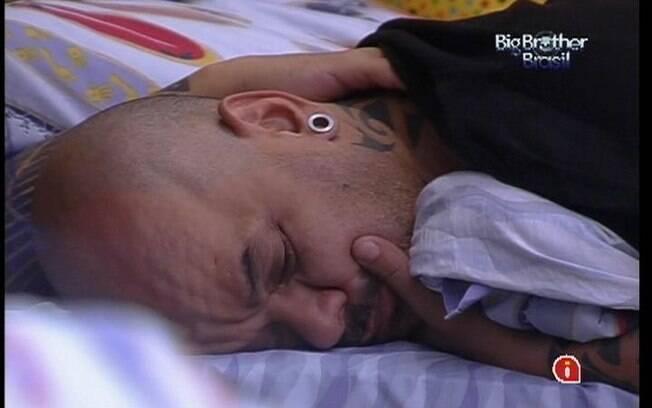 Mesmo após o toque de despertar, João Carvalho não quer levantar da cama