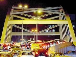 Inócuo. Recém-construído, viaduto Itamar Franco não evitou congestionamentos na Tereza Cristina
