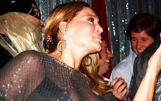 Susana Vieira também já foi traída pelos flashes. A atriz estava com um modelo de paetês e seus seios escaparam para fora do forro do vestido