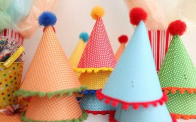 Chapéus na decoração da mesa
