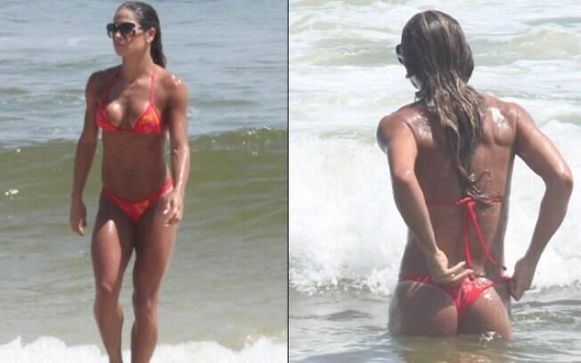 Mayra Cardi na praia