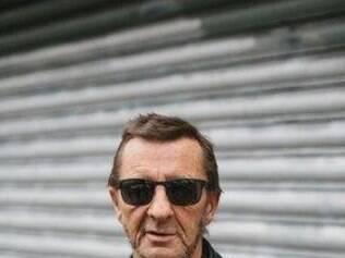Baterista vive na cidade litorânea de Tauranga, desde que foi expulso da banda em 1983