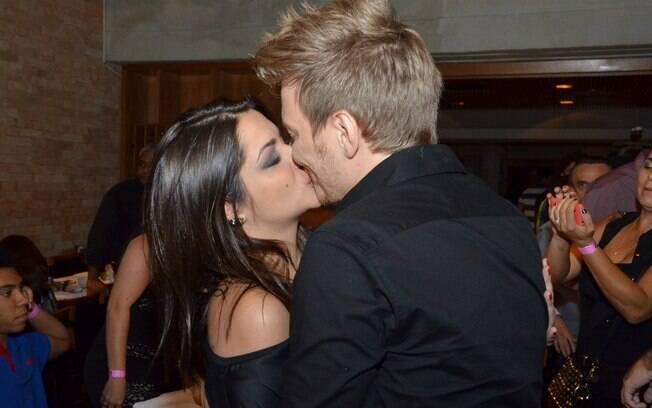 Michel Teló roubou a cena com um beijaço em Thais Fersoza