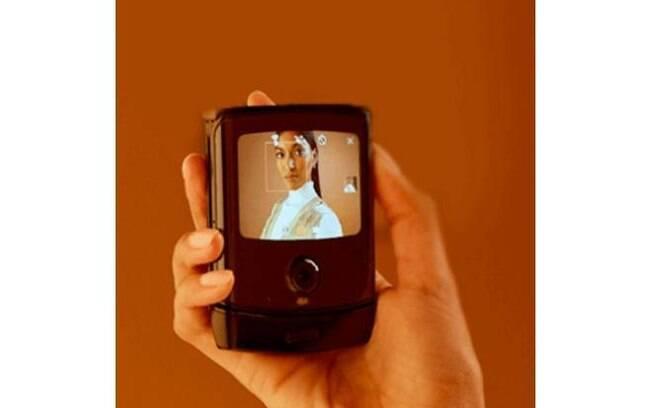 O design do Motorola Razr lembra os antigos celulares flip