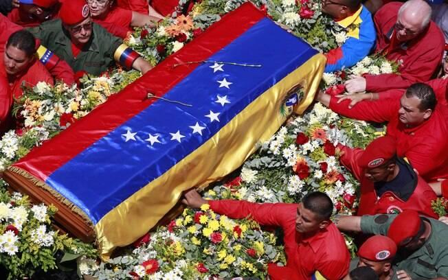 Caixão coberto pela bandeira venezuelana leva corpo do presidente Hugo Chávez durante cortejo fúnebre em Caracas (06/03)