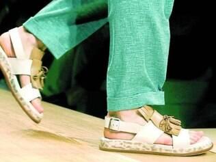 A Salvatore Ferragamo também apostou nas sandálias, mas as franjas da marca não poderiam faltar