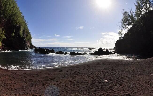 O acesso a Red Sand Beach, na ilha de Maui, é difícil e compensador