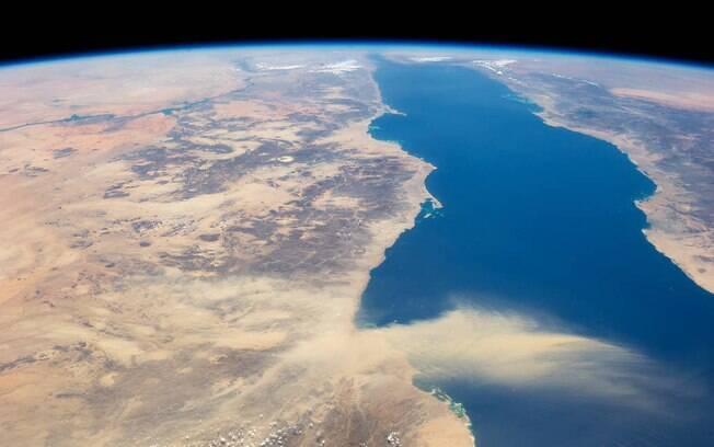 Mar vermelho está emitindo gases nocivos ao ar