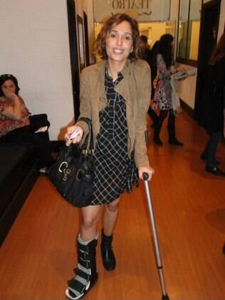 Camila Pitanga vai ao teatro de muletas
