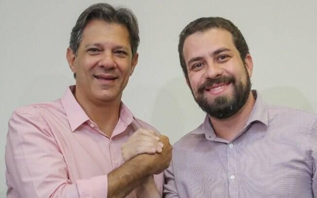 dois homens dando mãos