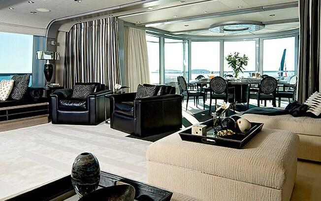 Uma das salas de estar do iate é todo decorado com em couro