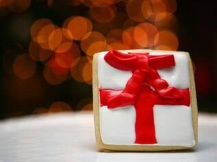 Confira como decorar um biscoito em formato de presente