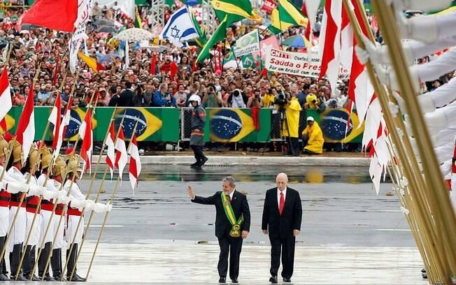 Início do segundo mandato de Lula, em 2007: cerimônia de posse teve mais bandeiras do Brasil
