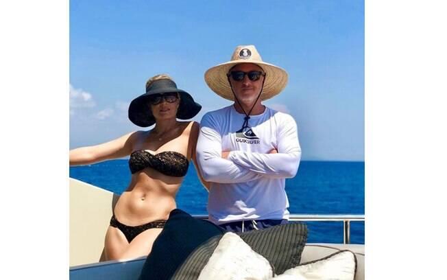 Angélica e Luciano Huck durante passeio de barco em viagem
