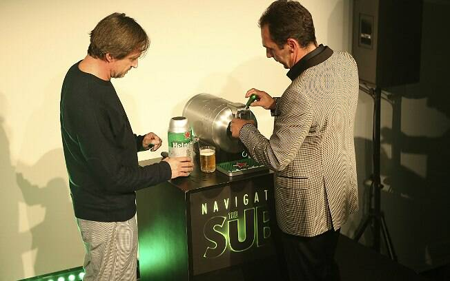 Marc Newson e François-Xavier Mahot tiram o primeiro chope da nova máquina
