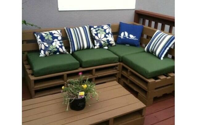 O sofá é um dos móveis de paletes que caem bem nas áreas internas ou externas da casa