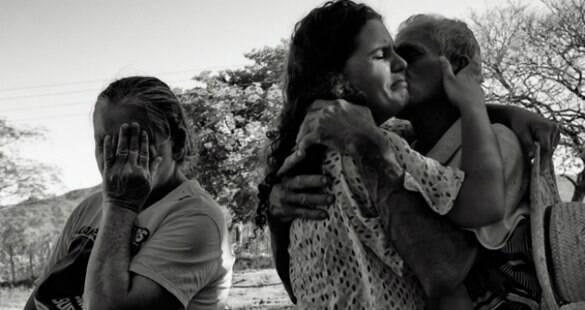 Filha de agricultores carrega enxada para homenagear pais na formatura